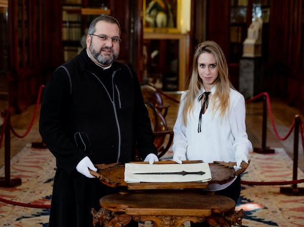 El Padre Serafino Jamourlian y la doctoranda Vittoria Dall'Armellina muestran la espada conservada en el museo de la isla. Foto: Andrea Avezzù.